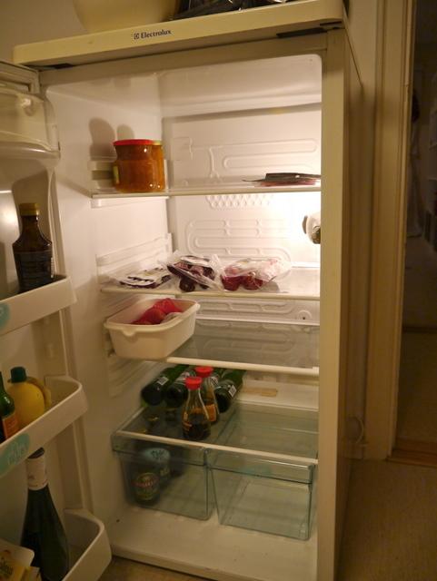 Forutenom medbragt syltetøy og spekematjulegave fra jobb er det temmelig glissent i kjøleskapet om dagen