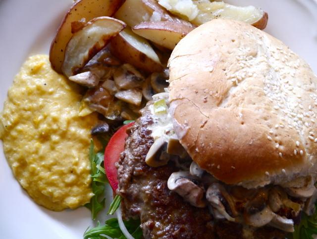 Fylt hamburger med alt som er godt