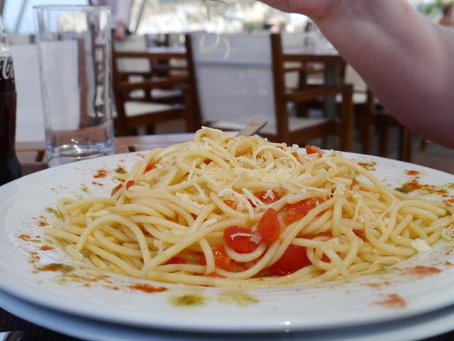 Enkel pasta med løk, tomat, urter og olivenolje. Venninnas lunsjfavoritt
