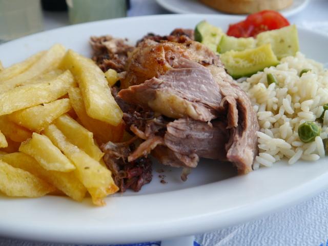 Helstekt lam på spyd, smakfullt og saftig kjøtt